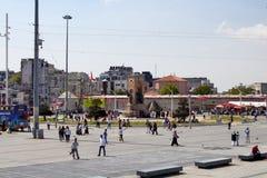 在塔克西姆广场的土耳其人步行 库存图片