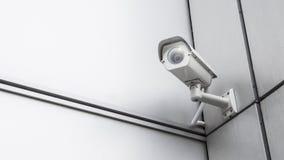 在塔家和房屋建设的CCTV监视安全监控相机视频器材在安全保护系统室外的范围控制的墙壁上 免版税库存照片