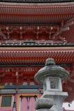 在塔寺庙之外的kiyomizudera灯笼 库存照片