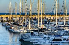 在塔拉贡纳,西班牙日落光的不同的游艇  库存图片