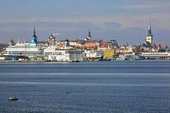 在塔林口岸的船在老镇,爱沙尼亚背景  免版税库存照片