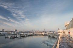 在塔林市和海港的日出从游轮 免版税库存图片