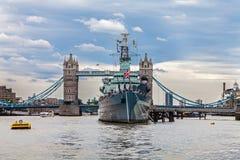 在塔桥梁前面的HMS贝尔法斯特 库存照片