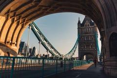 在塔桥梁的日出在伦敦,从吊桥的边路的图片 免版税库存照片