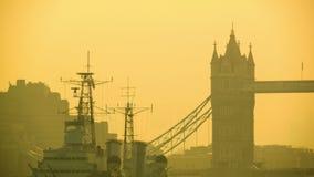 在塔桥梁的早晨交通,美好的灿烂光辉 股票录像