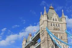 在塔桥梁的细节,英语和英国国旗旗子 免版税库存照片