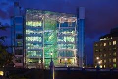 在塔桥梁附近的办公楼 被停泊的晚上端口船视图 图库摄影