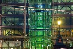 在塔桥梁附近的办公楼 被停泊的晚上端口船视图 库存图片