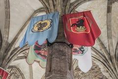 在塔的中世纪旗子吊 库存图片