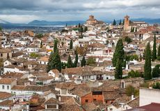 在塔的格拉纳达都市风景的云彩和房子  历史镇风景在安大路西亚,西班牙 免版税库存照片