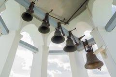 在塔的老grunge响铃在绝尘室 免版税库存照片