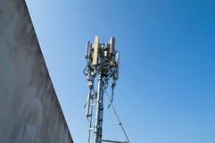 在塔的高帆柱金属结构电信与蓝天 图库摄影