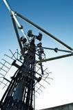 在塔的高帆柱金属结构电信与蓝天 库存照片