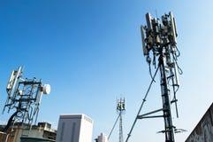 在塔的高帆柱金属结构电信与蓝天 免版税库存图片