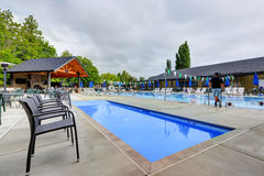在塔科马草地网球运动俱乐部的公开游泳池 免版税库存照片