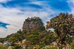 在塔翁Kalat在登上波帕岛附近的垫座小山上面的一间佛教徒修道院  免版税库存照片