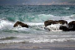 在塔里法角海滩的卷曲波浪 库存照片
