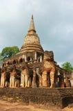 在塔附近的大象雕象寺庙的,泰国 图库摄影