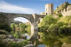 在塔霍河的普恩特de圣MartAnn桥梁在托莱多,西班牙 库存照片