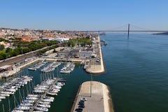 在塔霍河的看法和25 de阿布利尔Bridge在里斯本,葡萄牙 免版税库存照片