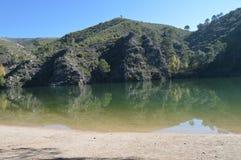 在塔霍河的美丽的河流海滩在它的途中通过; Altomira的Monut范围在Albalate 风景旅行假日 库存图片