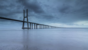 在塔霍河的长的桥梁在里斯本在黎明 库存照片
