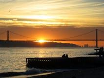 在塔霍河,里斯本,葡萄牙的日落 免版税库存照片
