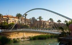 在塞古拉河的人行桥告诉了普恩特de Vistabella 库存图片