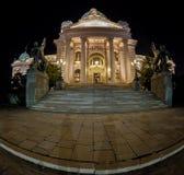 在塞尔维亚议会大厦的入口在贝尔格莱德在晚上 免版税库存照片