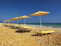 在塞浦路斯海滩的海滩场面 免版税库存图片