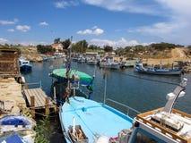 在塞浦路斯的东海岸的捕鱼港口 图库摄影