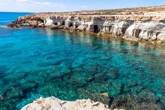 在塞浦路斯的海岸的海洞 免版税库存照片