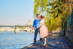 在塞纳河堤防的浪漫夫妇在巴黎 免版税库存图片