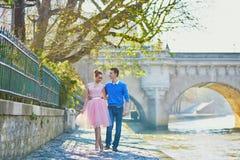 在塞纳河堤防的浪漫夫妇在巴黎 免版税库存照片