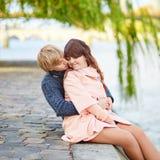 在塞纳河堤防的年轻约会夫妇 库存图片