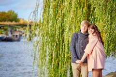 在塞纳河堤防的年轻约会夫妇 图库摄影