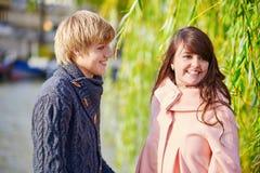 在塞纳河堤防的年轻约会夫妇 免版税库存图片