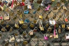 在塞纳河桥梁的爱锁在巴黎 免版税库存图片