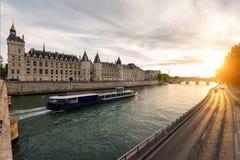 在塞纳河的小船游览在有日落的巴黎 法国巴黎 库存图片