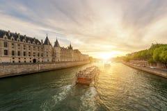 在塞纳河的小船游览有日落的在巴黎,法国 图库摄影