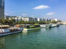 在塞纳河的左岸驳船在Bibliotheque Nationale,巴黎,法国附近 库存图片