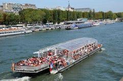 在塞纳河的平底船Mouche在巴黎 图库摄影