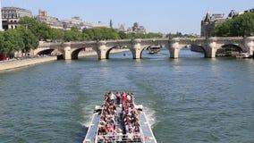 在塞纳河的游览小船在巴黎,法国 股票视频