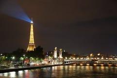 在塞纳河的艾菲尔铁塔和亚历山大III桥梁在晚上 免版税库存图片
