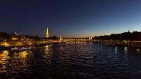 在塞纳河的艾菲尔铁塔Timelapse录影 股票视频