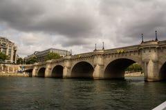 在塞纳河的被成拱形的桥梁在巴黎,法国 免版税库存图片