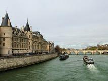 在塞纳河的银行的Conciergerie 免版税库存照片