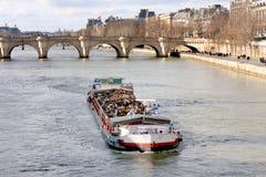 在塞纳河的驳船 免版税图库摄影