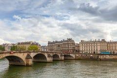 在塞纳河的Pont皇家桥梁 法国巴黎 库存照片