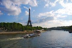 在塞纳河通行证的游览小船艾菲尔铁塔 库存图片